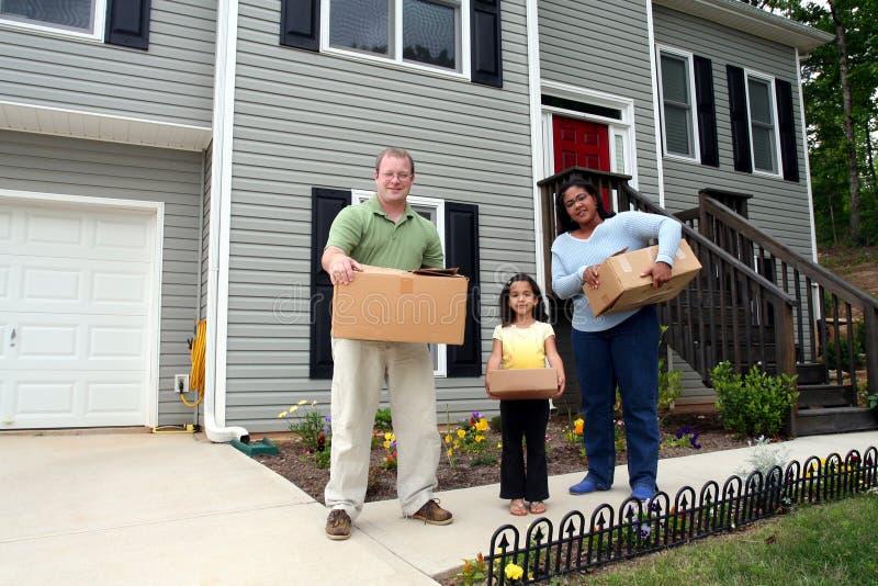 Un famille entrant dans la nouvelle maison photographie stock libre de droits