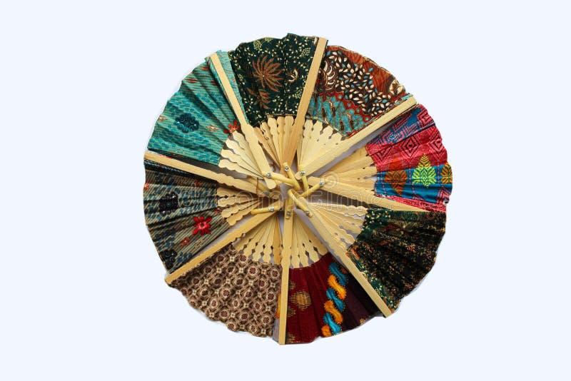 Un fan en bois de main en tissu Javanese a appelé le batik photos stock