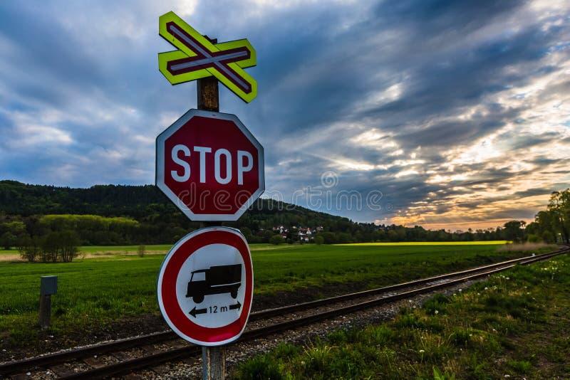 Un fanale di arresto rosso all'incrocio di ferrovia senza il segno dell'entrata immagine stock