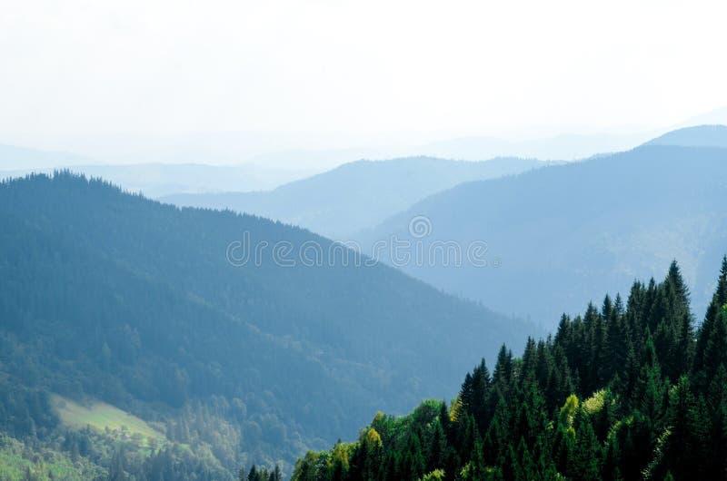 Un farmer' viejo; la casa de madera de s se opone en una montaña del elefante cerca de un pajar al contexto de los picos de m imagen de archivo