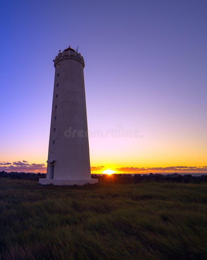 Un faro e un tramonto immagini stock
