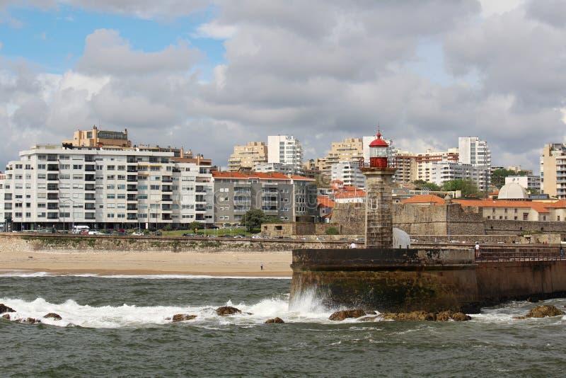 Un faro en la playa de Océano Atlántico en Oporto, Portugal imágenes de archivo libres de regalías
