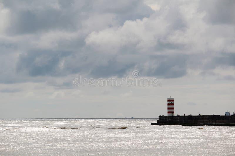Un faro en la playa de Océano Atlántico en Oporto, Portugal fotografía de archivo libre de regalías