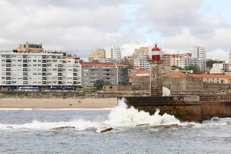 Un faro en la playa de Océano Atlántico en Oporto, Portugal imagenes de archivo