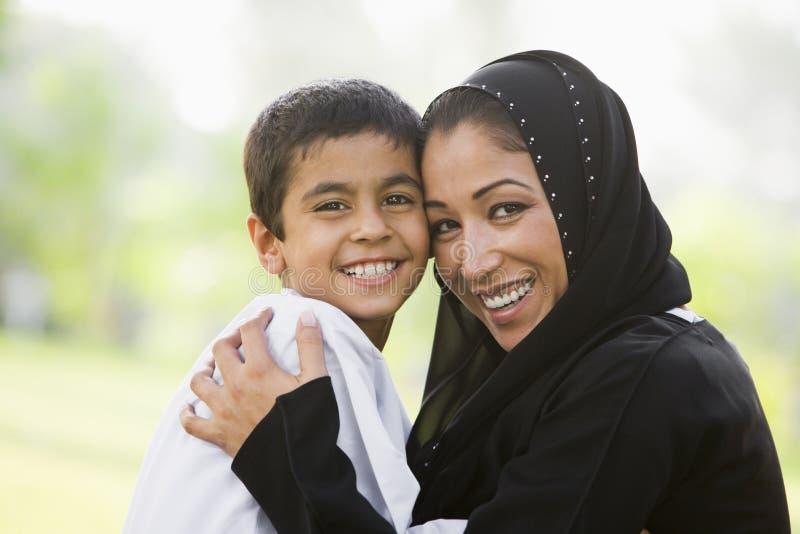 Un femme du Moyen-Orient et son fils image libre de droits
