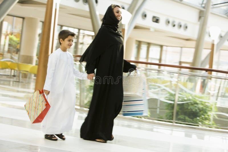 Un femme du Moyen-Orient et son fils dans les achats photo stock
