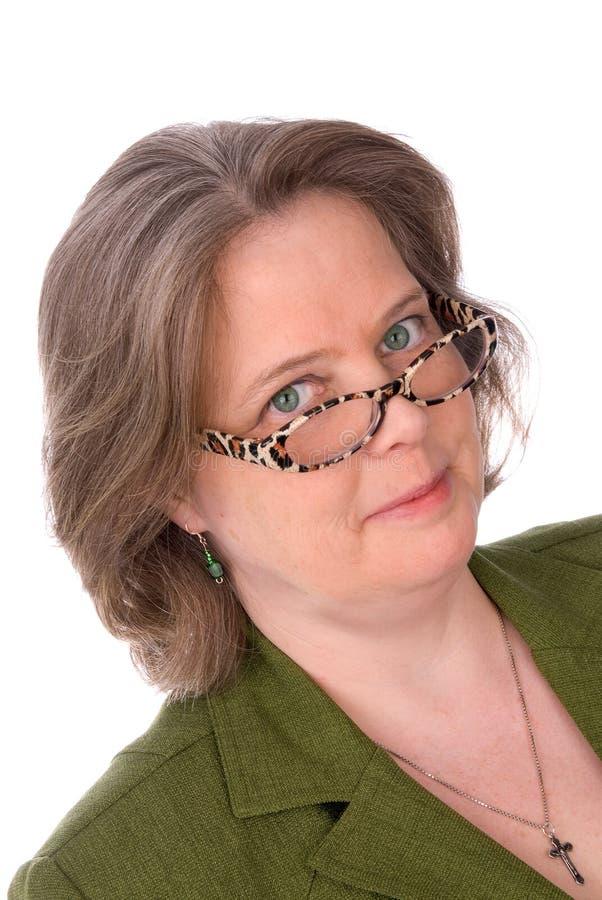 Un femme irlandais plus âgé avec les yeux verts et les glaces photos stock