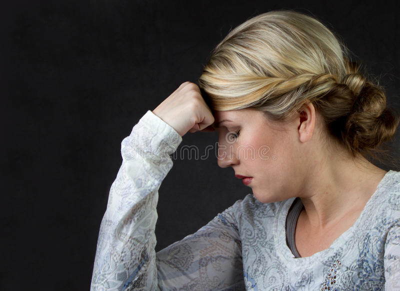 Un femme pensant ou avec un mal de tête photos libres de droits
