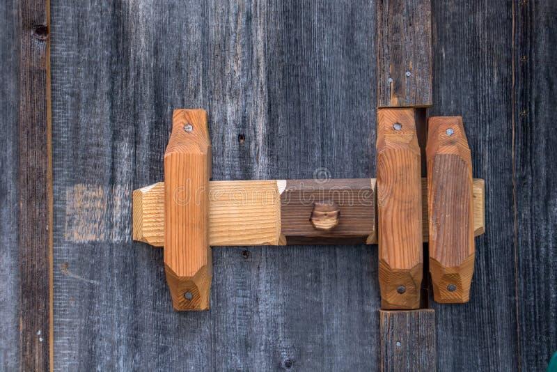 Un fermo di legno fissare la porta immagini stock libere da diritti