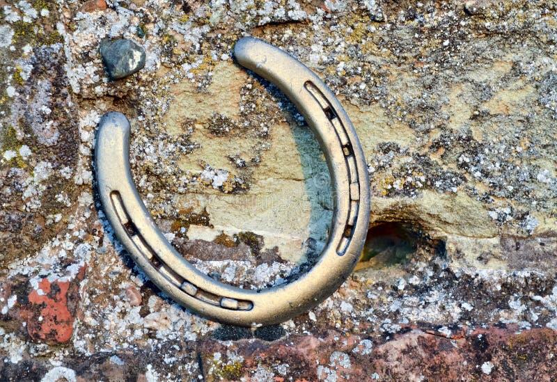 Un ferro di cavallo su una parete rustica A immagini stock libere da diritti
