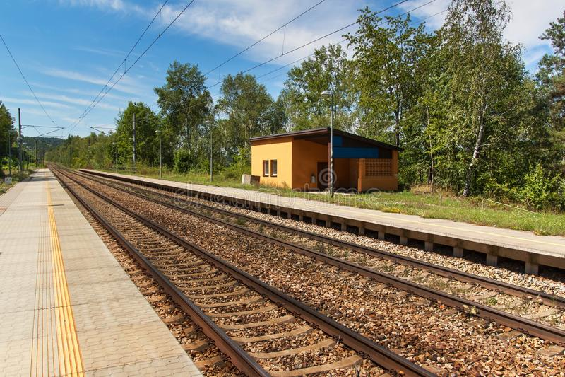 Un ferrocarril rural abandonado en la República Checa Plataforma vacía en la estación El viajar en tren a través de Europa fotografía de archivo