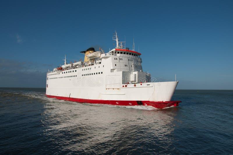 Un ferry-boat sur la mer, la course et le transport image stock