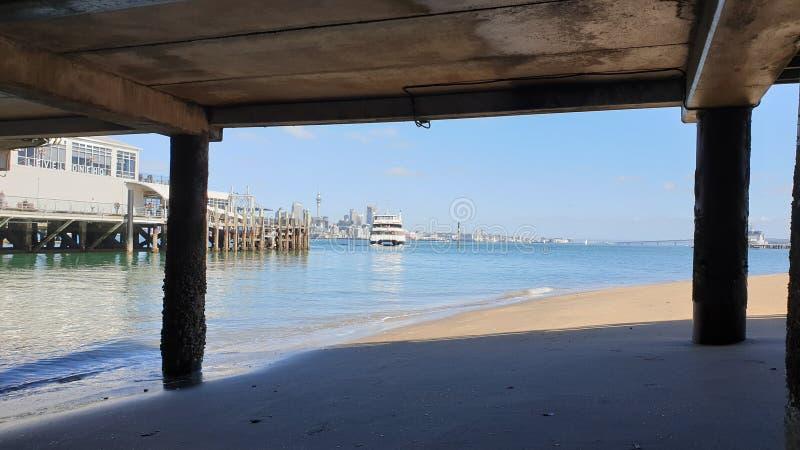 Un ferry d'Auckland arrivant sur le terminal de Devonport image stock