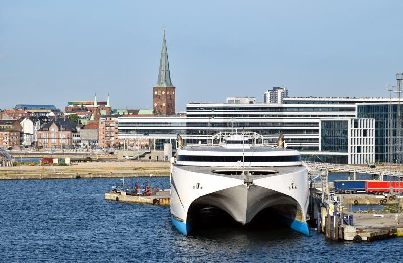 Un ferry ultra-rapide a amarré dans le port d'Aarhus Danemark Dans les bâtiments modernes et historiques de fond peut être vu photos libres de droits