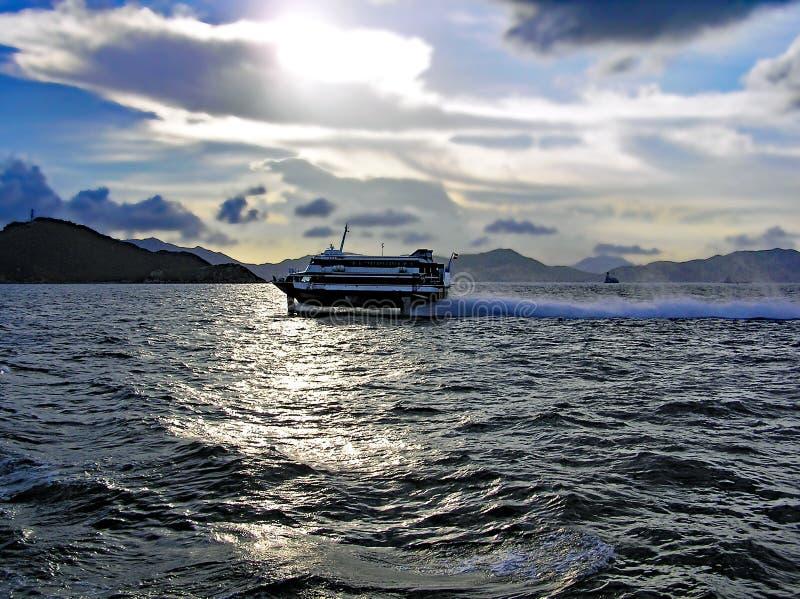 Un ferry ultra-rapide monte le soir à travers la mer de Hong Kong Island à Macao photographie stock