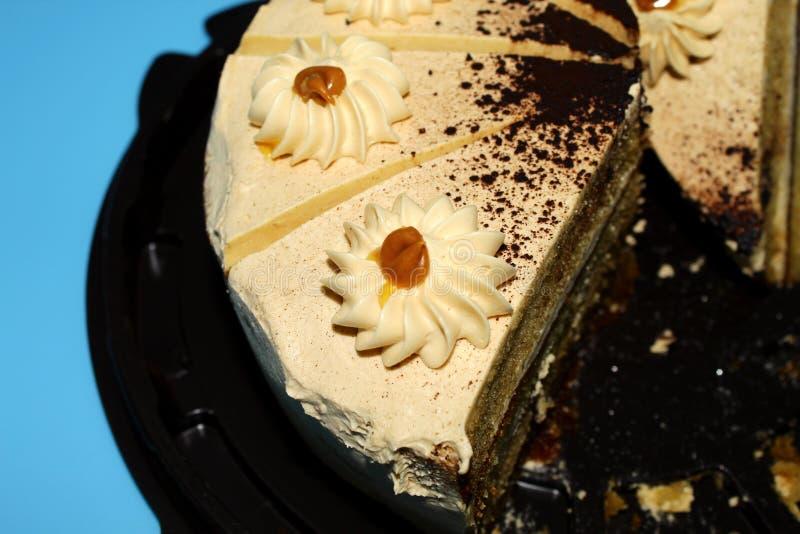 Un festin pour le thé - le gâteau mousseline de caramel avec les décoration-fleurs crémeuses images libres de droits