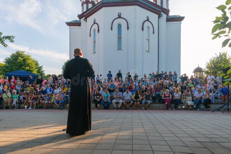 Un festival nacional con una tradición popular auténtica regional frente a la Iglesia Ortodoxa en Loznica, Serbia imagen de archivo