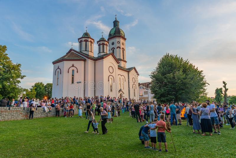Un festival nacional con una tradición popular auténtica regional frente a la Iglesia Ortodoxa en Loznica, Serbia imagen de archivo libre de regalías
