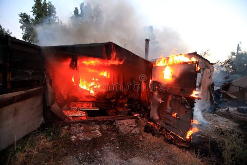 Un feu après une conséquence de coup de coquille, d'actions de guerre, conflit de l'Ukraine et du Donbass images libres de droits