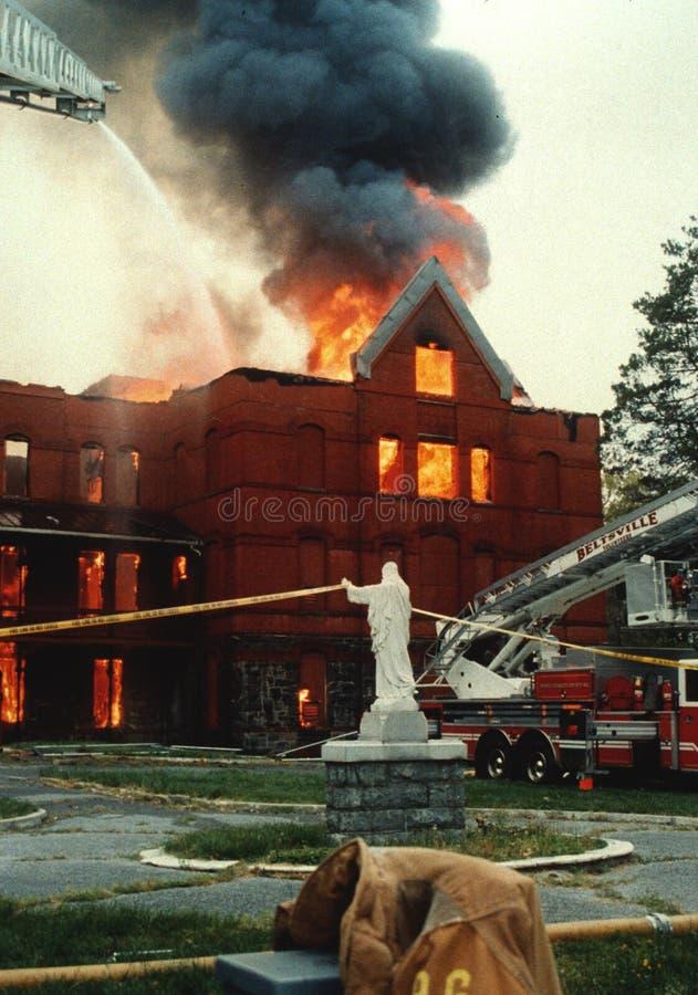 Un feu de 3 alarmes dans un monastère images stock