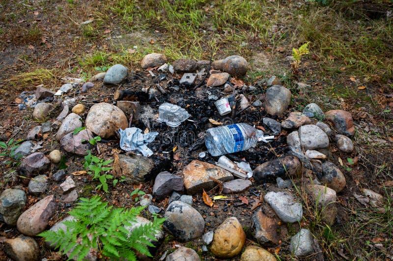 Un feu de camp avec des ordures sur un terrain public photos stock