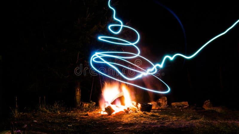 Un feu de camp et une lumière images libres de droits