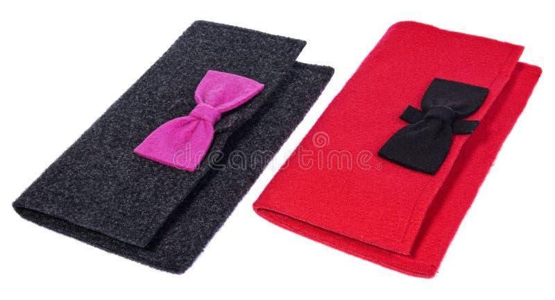 Un feutre, sacs à main de dames de textile, les bourses faites main avec des arcs dans la couleur noircissent image stock