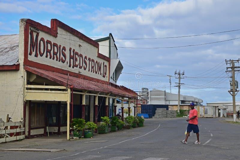 Un Fijian locale considera mentre attraversa la strada calma a Levuka, l'isola di Ovalau, Figi fotografia stock