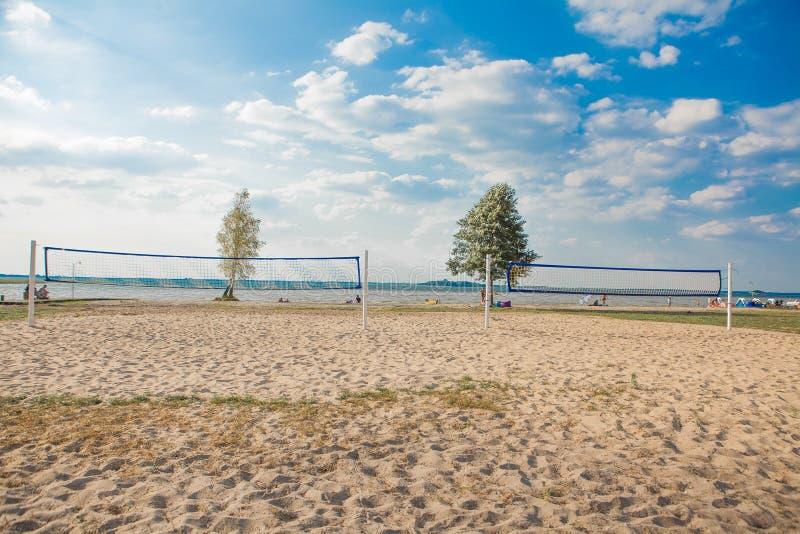 Un filet de volleyball de plage un beau jour ensoleillé Accomplissez la plage et la mer de sable photographie stock libre de droits