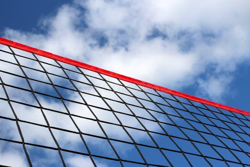 Un filet de volleyball de plage sur le fond du ciel bleu avec des nuages photos stock
