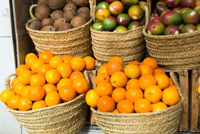Un filetto di arance succose in cestini di vimini su un mercato immagini stock libere da diritti
