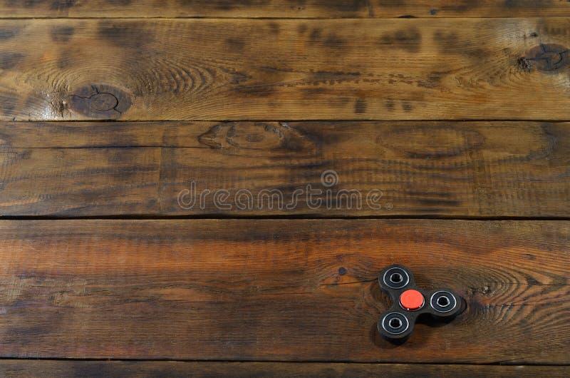 Un fileur en bois fait main rare de personne remuante se trouve sur une surface en bois brune de fond Recuit de stabilisation à l image stock