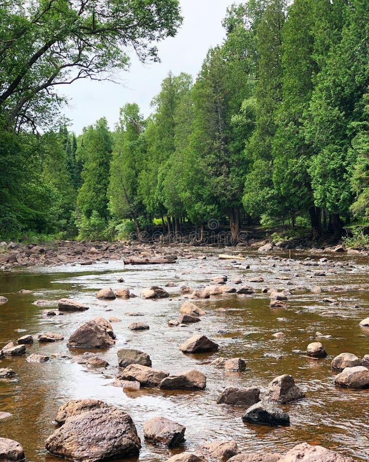 Un fiume lo passa fotografia stock libera da diritti