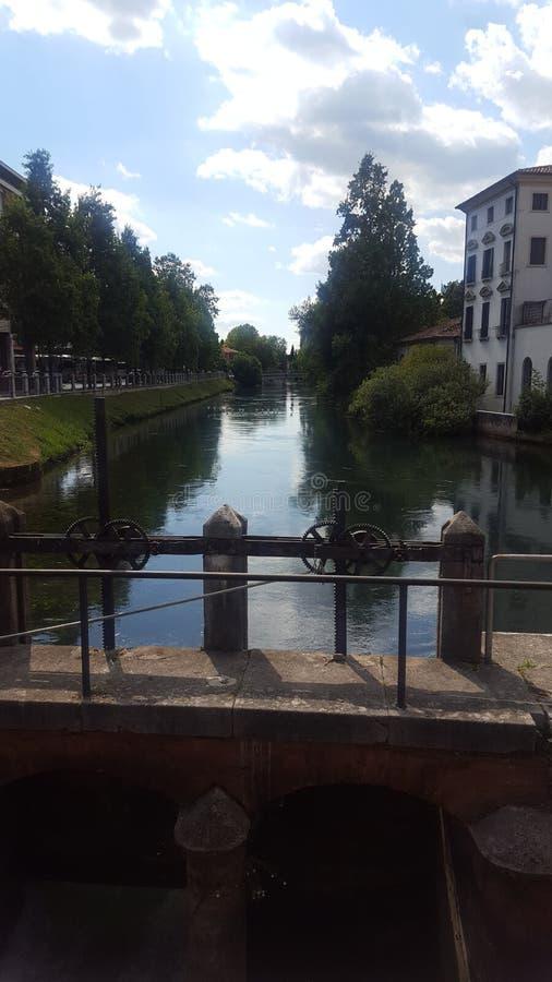 Un fiume in mezzo a Treviso immagine stock