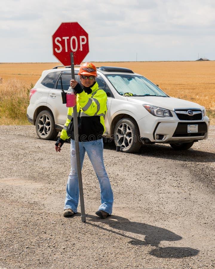 Un flagger de la construcción de carreteras en la ruta 287 imagen de archivo libre de regalías