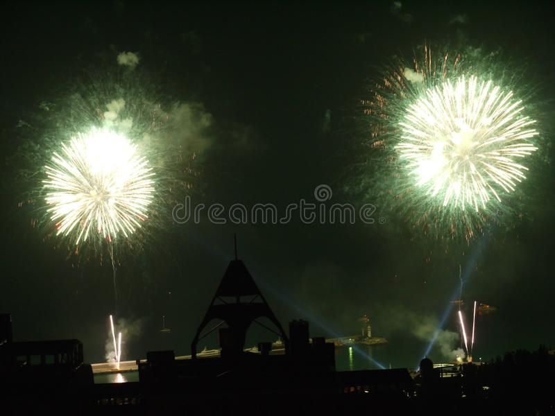 Un flash brillante de dos explosiones de saludos en el cielo imagen de archivo libre de regalías