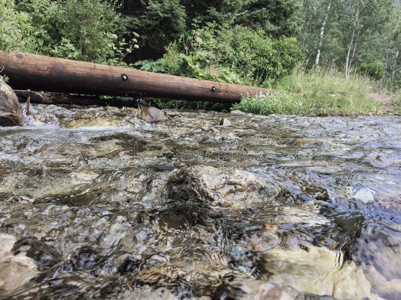 Un fleuve dans les montagnes images stock
