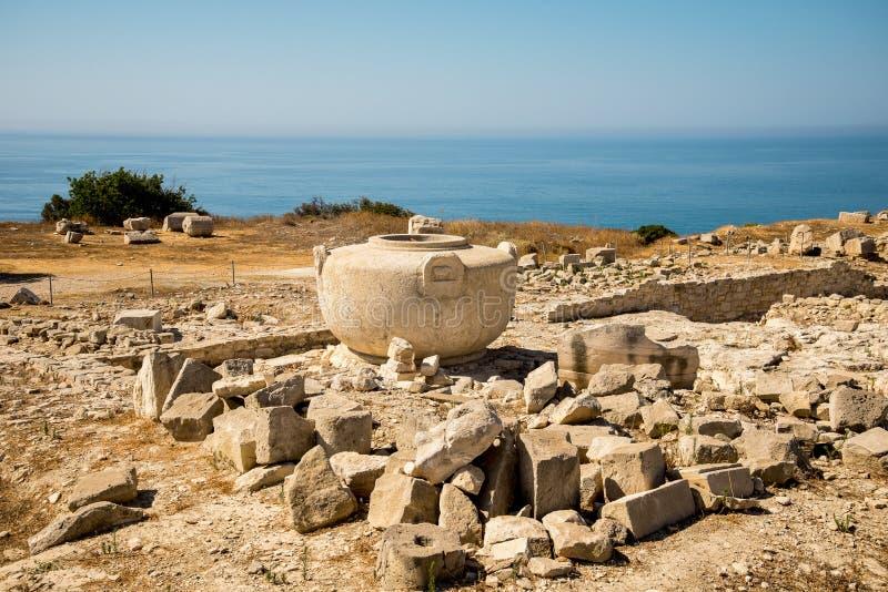 Un florero de piedra grande en sitio antiguo de la acrópolis en Limassol fotografía de archivo libre de regalías