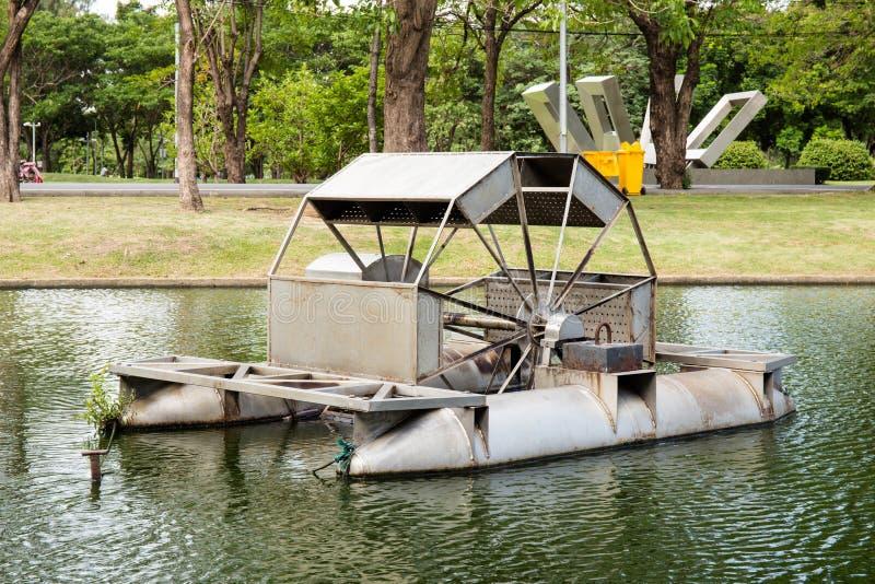 Un flottement de roue d'eau photo stock