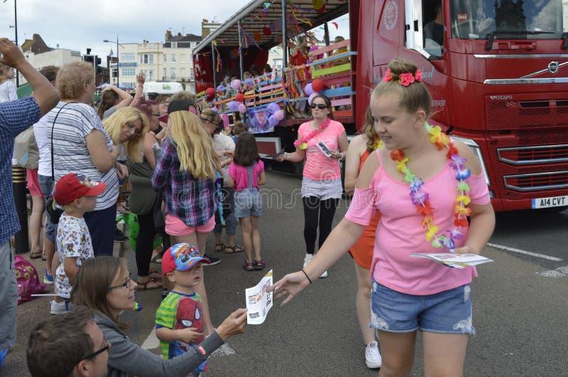 Un flotteur décoré et les interprètes participent au carnaval de Margate image stock