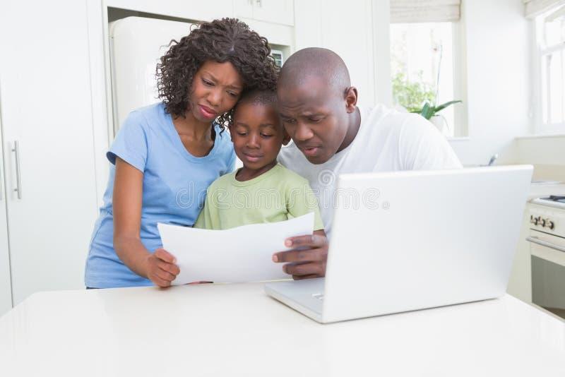 Download Un Fonctionnement De Famille Et à L'aide De Son Ordinateur Photo stock - Image du adulte, enfant: 56484916