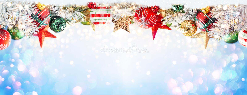 Un fond d'hiver de Noël avec des baubles de Noël et des branches de sapin sur la neige photo stock