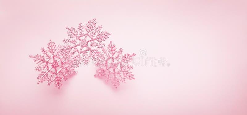 Un fond d'hiver festif avec des flocons de neige décoratifs en vol Concept Noël, hiver ou Nouvel An avec des flocons de neige Piè photographie stock