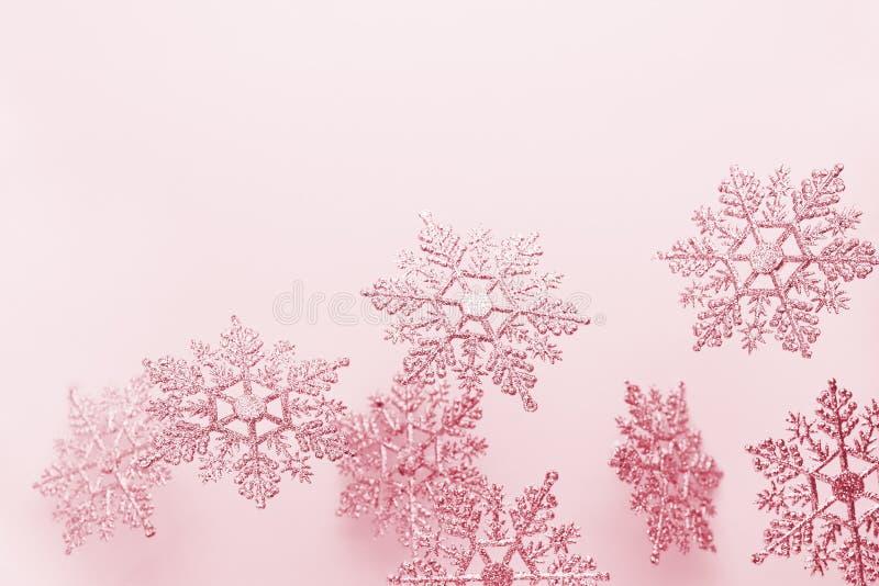 Un fond d'hiver festif avec des flocons de neige décoratifs en vol Concept Noël, hiver ou Nouvel An avec des flocons de neige Piè photo libre de droits
