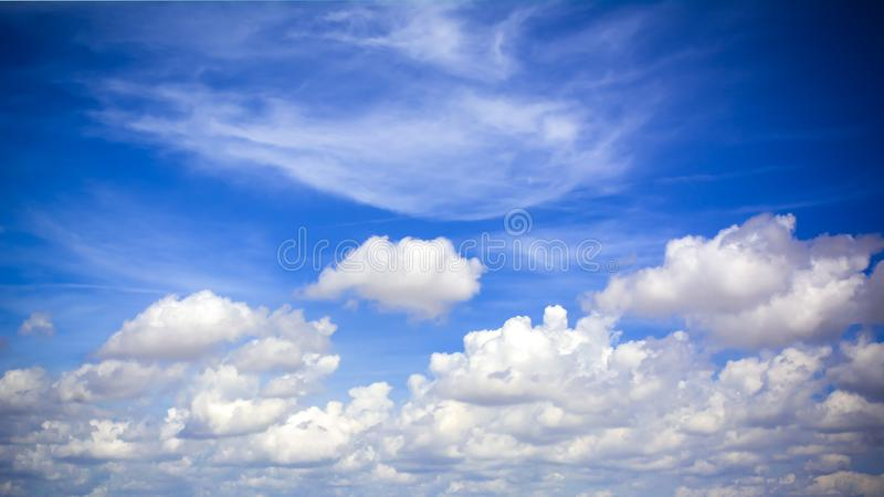 un fond nuageux de ciel bleu photo libre de droits