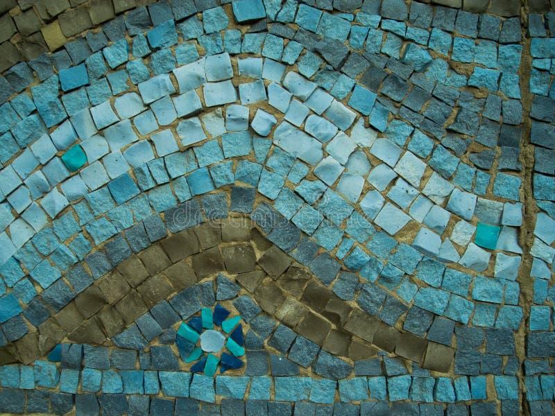 Un fondo decorativo coloreado de la piedra de pavimentación con el modelo de ondas foto de archivo