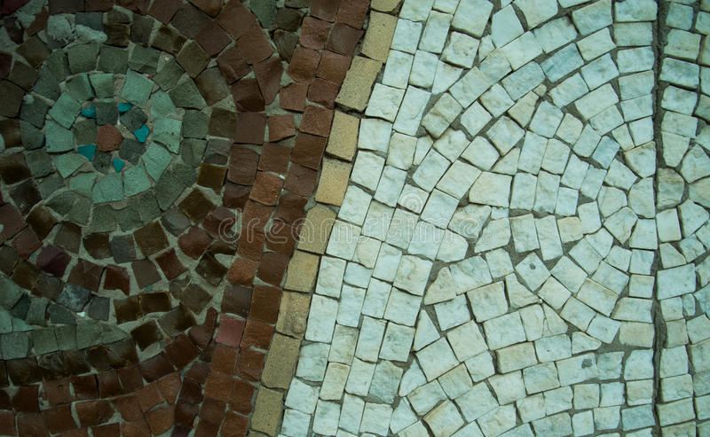 Un fondo decorativo coloreado de la piedra de pavimentación con la visión diagonal roja y blanca fotografía de archivo