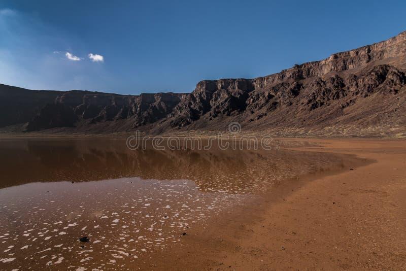 Un fondo della caldera ed il lago del cratere di Al Wahbah, Arabia Saudita fotografie stock