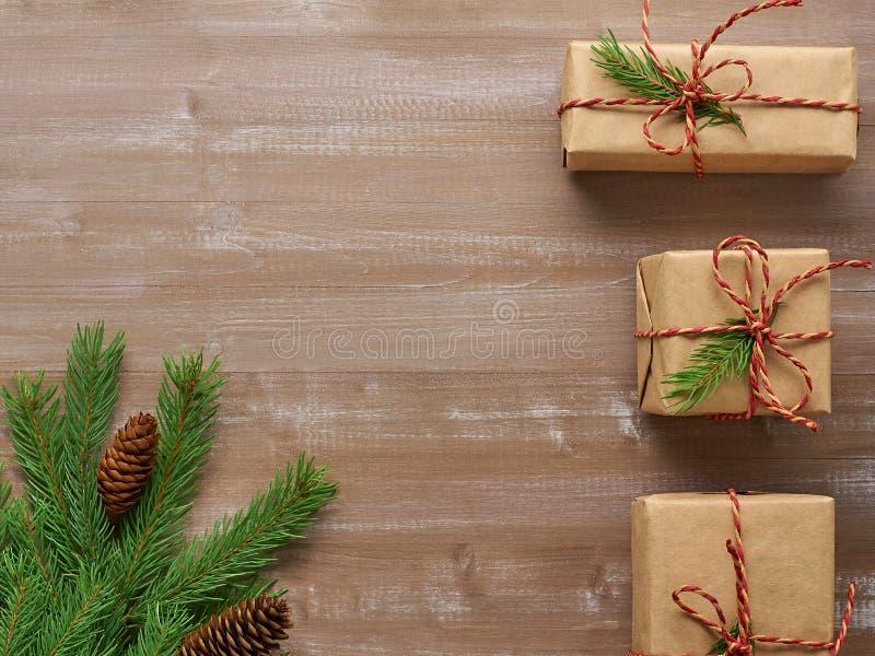 Un fondo di Natale di tre regali in carta kraft, associ della cordicella immagini stock libere da diritti