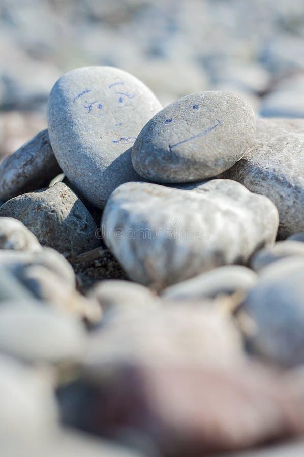 Un fondo o un primer armonioso de rocas naturales lisas o de guijarros redondos de la playa en la playa imagen de archivo
